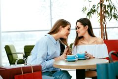 Φίλοι κοριτσιών που πίνουν τον καφέ στον καφέ Στοκ Φωτογραφία