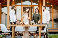 Φίλοι με τα ποτά στο κατώφλι του σπιτιού Στοκ φωτογραφίες με δικαίωμα ελεύθερης χρήσης