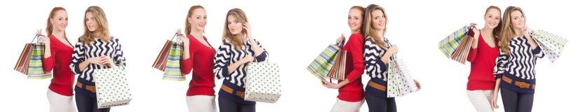 Φίλοι με τις τσάντες αγορών που απομονώνονται στο λευκό στοκ εικόνα με δικαίωμα ελεύθερης χρήσης