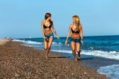 Φίλοι νέων κοριτσιών που τρέχουν στην παραλία. Στοκ φωτογραφία με δικαίωμα ελεύθερης χρήσης