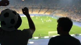 Φίλοι ποδοσφαίρου που ανατρέπονται για την απώλεια παιχνιδιών, punching θυμωμένα, αρνητικές συγκινήσεις φιλμ μικρού μήκους
