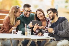 Φίλοι που έχουν έναν καφέ από κοινού Στοκ εικόνες με δικαίωμα ελεύθερης χρήσης