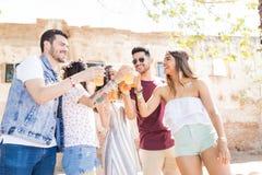 Φίλοι που έχουν έναν μεγάλο χρόνο από κοινού στοκ φωτογραφία με δικαίωμα ελεύθερης χρήσης