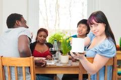 Φίλοι που έχουν ένα κόμμα γευμάτων Στοκ εικόνα με δικαίωμα ελεύθερης χρήσης