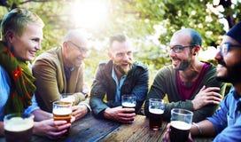 Φίλοι που έχουν την ποικιλομορφία μπυρών υπαίθρια στοκ εικόνες