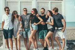 Φίλοι που έχουν τη διασκέδαση μαζί στις διακοπές παραλιών, που φαίνονται κάμερα στοκ φωτογραφίες