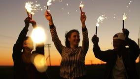 Φίλοι που έχουν τη διασκέδαση με τα sparklers απόθεμα βίντεο