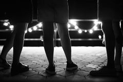 Φίλοι που έχουν τη διασκέδαση σε ένα κόμμα Φω'τα του φεστιβάλ Περιστασιακή έννοια ύφους νεολαίας πολιτισμού τρόπου ζωής εφήβων Ο  στοκ φωτογραφία με δικαίωμα ελεύθερης χρήσης