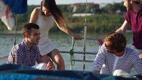 Φίλοι που έχουν sailboat την κρουαζιέρα φιλμ μικρού μήκους