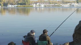 Φίλοι που αλιεύουν το ταξίδι, άνθρωποι που κάθεται στην όμορφες θέση και την άποψη θαυμασμού απόθεμα βίντεο