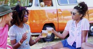 Φίλοι που αλληλεπιδρούν ο ένας με τον άλλον και το ψήνοντας ποτήρι της μπύρας 4k φιλμ μικρού μήκους