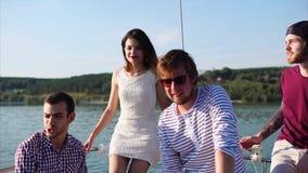 Φίλοι που απολαμβάνονται το ταξίδι νερού με το γιοτ απόθεμα βίντεο