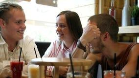 Φίλοι που απολαμβάνουν μαζί στο εστιατόριο απόθεμα βίντεο