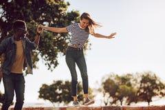 Φίλοι που απολαμβάνουν υπαίθρια μια θερινή ημέρα Στοκ φωτογραφία με δικαίωμα ελεύθερης χρήσης