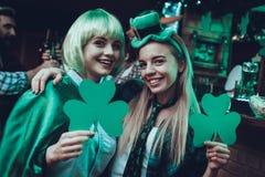 Φίλοι που γιορτάζουν ημερησίως Αγίου Πάτρικ στο μπαρ στοκ εικόνες
