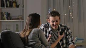Φίλοι που δίνουν υψηλά πέντε που ελέγχουν τηλεφωνικό την περιεκτικότητα σε απόθεμα βίντεο