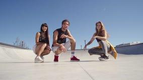 Φίλοι που δημιουργούν ένα βίντεο selfie φιλμ μικρού μήκους