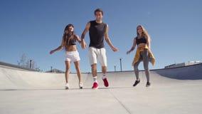 Φίλοι που δημιουργούν ένα βίντεο selfie απόθεμα βίντεο