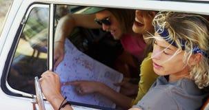 Φίλοι που διαβάζουν το χάρτη camper van 4k απόθεμα βίντεο