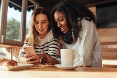 Φίλοι που κάθονται σε έναν καφέ Στοκ Φωτογραφίες