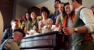 Φίλοι που κοινωνικοποιούν σε έναν γάμο απόθεμα βίντεο