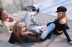 φίλοι που κρεμούν έξω Στοκ φωτογραφίες με δικαίωμα ελεύθερης χρήσης