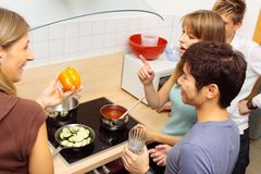Φίλοι που μαγειρεύουν από κοινού Στοκ Φωτογραφία