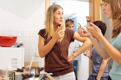 Φίλοι που μαγειρεύουν από κοινού Στοκ εικόνες με δικαίωμα ελεύθερης χρήσης