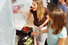 Φίλοι που μαγειρεύουν από κοινού Στοκ Εικόνες