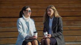 Φίλοι που πίνουν τον καφέ