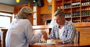 Φίλοι που παίζουν το σκάκι στο φραγμό 4k φιλμ μικρού μήκους