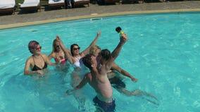 Φίλοι που παίρνουν selfie στο νερό λιμνών στη βίλα απόθεμα βίντεο