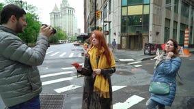 Φίλοι που περπατούν σε μια πόλη απόθεμα βίντεο