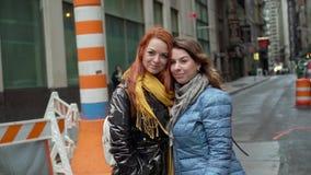 Φίλοι που περπατούν σε μια πόλη φιλμ μικρού μήκους