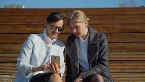 Φίλοι που προσέχουν τις φωτογραφίες στο Smartphone φιλμ μικρού μήκους