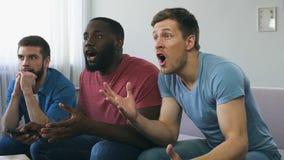 Φίλοι που προσέχουν το αθλητικό παιχνίδι στη TV, που ανησυχεί για την απώλεια ομάδων, που απογοητεύεται απόθεμα βίντεο