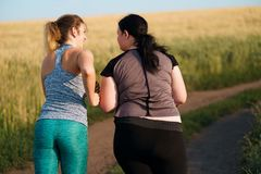 Φίλοι που στο υπαίθριο workout στην επαρχία στοκ φωτογραφία με δικαίωμα ελεύθερης χρήσης