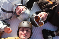 φίλοι που χαμογελούν το χιόνι στοκ φωτογραφίες