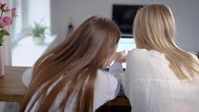 Φίλοι που ψωνίζουν on-line και που κουβεντιάζουν φιλμ μικρού μήκους