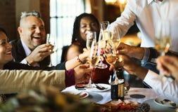 Φίλοι σε ένα κόμμα γευμάτων στοκ φωτογραφίες με δικαίωμα ελεύθερης χρήσης