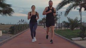 Φίλοι σε ένα τρέξιμο από κοινού φιλμ μικρού μήκους