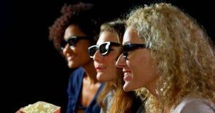 Φίλοι στα τρισδιάστατα γυαλιά που προσέχουν τον κινηματογράφο 4k απόθεμα βίντεο