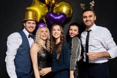 Φίλοι στα Χριστούγεννα ή νέο κόμμα έτους στοκ εικόνες