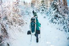 Φίλοι στη χειμερινή οδοιπορία στα βουνά στοκ εικόνα με δικαίωμα ελεύθερης χρήσης