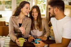Φίλοι στον καφέ στοκ εικόνες