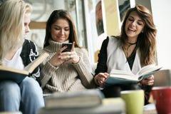 Φίλοι στον καφέ στοκ φωτογραφία με δικαίωμα ελεύθερης χρήσης