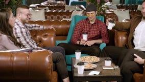 Φίλοι συνεδρίασης Νέοι που μιλούν και που τρώνε την πίτσα σε έναν καφέ απόθεμα βίντεο