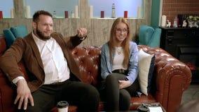 Φίλοι συνεδρίασης στον καφέ Νέοι που μιλούν και που τρώνε την πίτσα σε έναν καφέ απόθεμα βίντεο