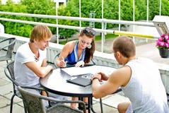 φίλοι τρία καφέδων Στοκ φωτογραφία με δικαίωμα ελεύθερης χρήσης