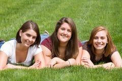 φίλοι τρία κολλεγίων Στοκ φωτογραφία με δικαίωμα ελεύθερης χρήσης